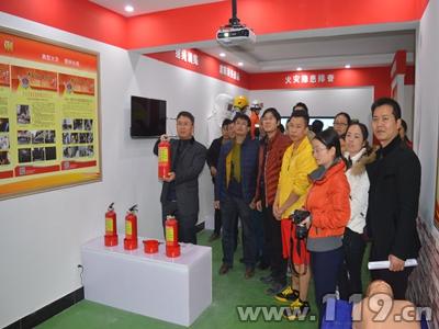 贵州册亨重点单位员工走进消防教育馆参观体验2.jpg