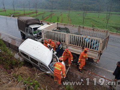 南永公路3车相撞3人被困 南华消防速救1.jpg