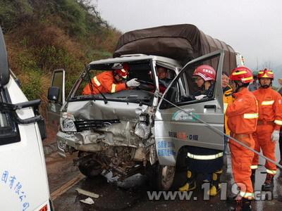南永公路3车相撞3人被困 南华消防速救4.jpg