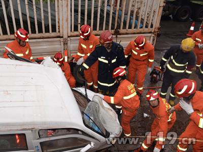 南永公路3车相撞3人被困 南华消防速救2.jpg