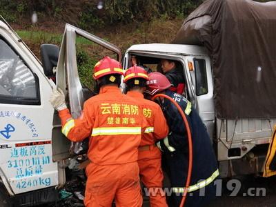 南永公路3车相撞3人被困 南华消防速救3.jpg