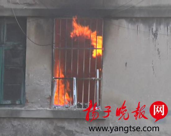 家中起火房主女儿只顾拍视频 邻居两次冲进火场1.jpg
