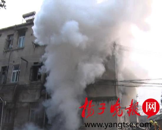 家中起火房主女儿只顾拍视频 邻居两次冲进火场2.jpg