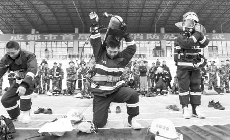 """微型消防站队员交年度答卷 比拼""""特殊穿衣技巧""""2.jpg"""