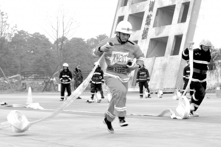 """微型消防站队员交年度答卷 比拼""""特殊穿衣技巧""""1.jpg"""